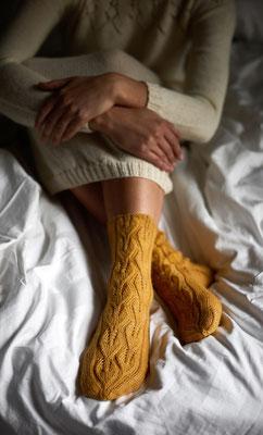 Unter der Birke- Socken mit Ajourmuster aus Novita Venla