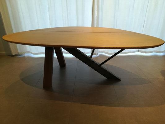 table de 8 pers. en hêtre multiligne et intercalaire méranti. Pieds acier/méranti