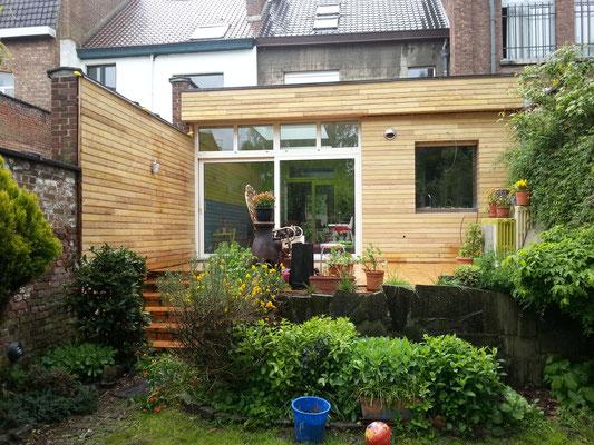 extension d'une cuisine. Charpente, toit plat avec velux, châssis alu, bardage en robinier et  cloisons