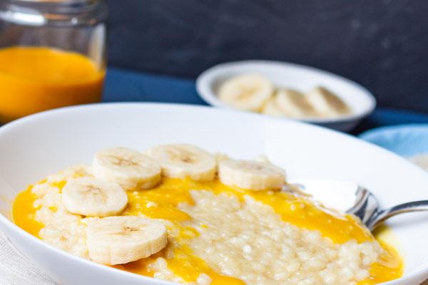 Veganer Milchreis mit Sanddornsauce und Bananen