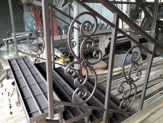 Металлическая лестница с перилами для крыльца на дачу