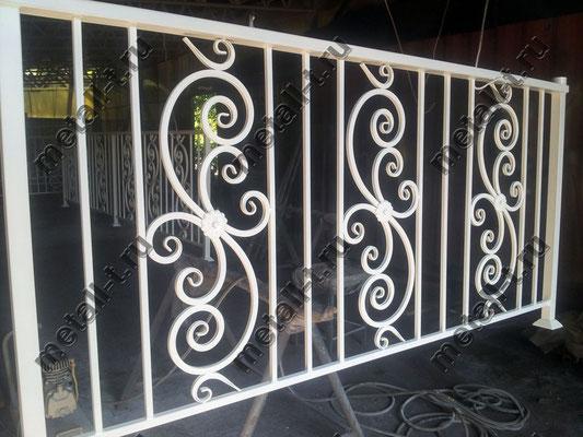 Балконное ограждение белого цвета