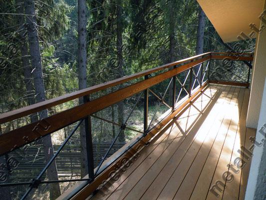 Металлическое граждение балкона с деревянными вставками