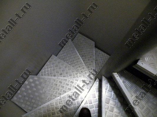 Винтовая лестница из черного металла