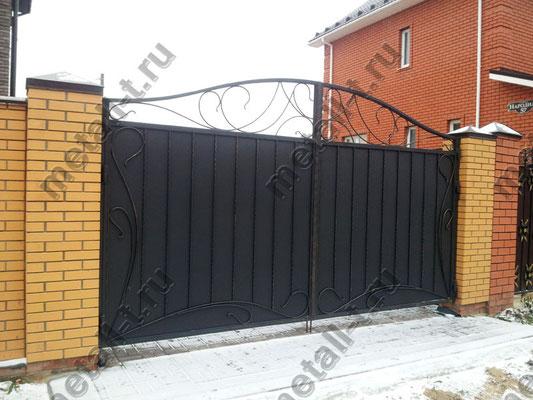 Распашные ворота из металла с декоративными коваными элементами