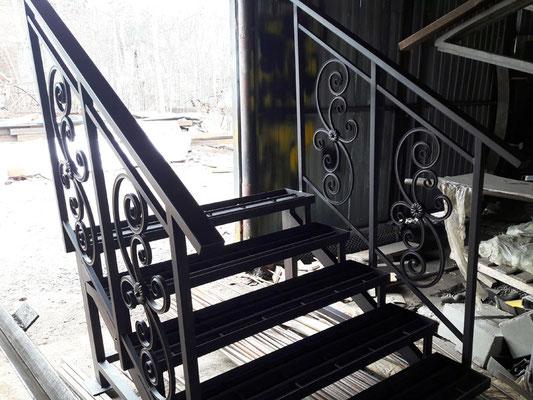 Лестница к крыльцу со ступенями под укладку плитки