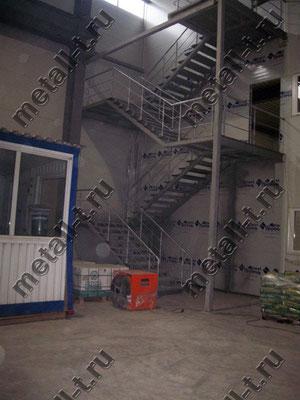 Техническая лестница в производственном цехе