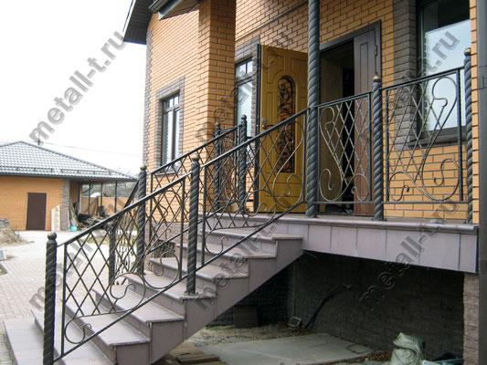 Кованые перила на крыльце частного дома