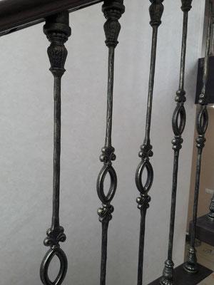 Лестница с коваными балясинами