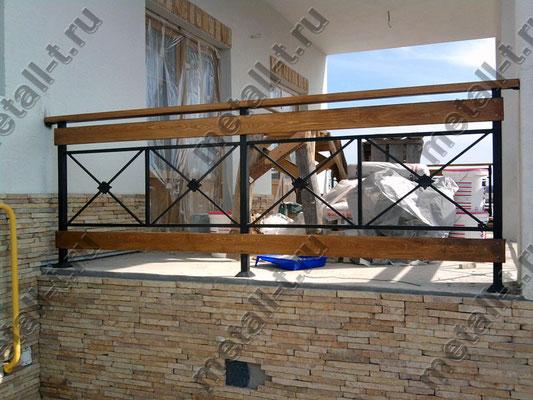 Ограждения крыльца с деревянными вставками