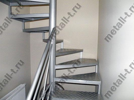 Металлическая лестница в складском помещении