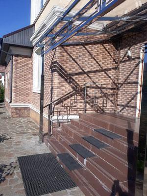 Ограждения из нержавейки на крыльце частного дома