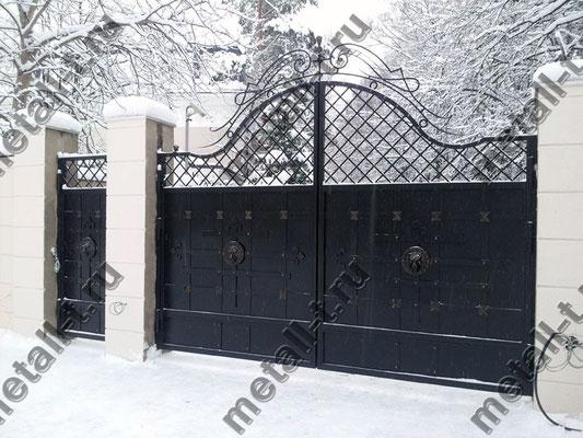 Распашные ворота с коваными накладками