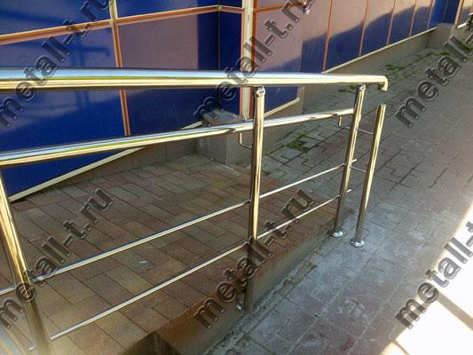 Ограждения из нержавеющей стали с двойным поручнем на пандусе магазина