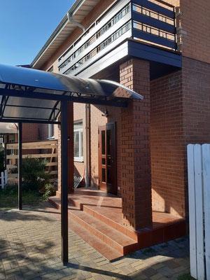 Металлическое балконное ограждение комбинированное с деревом