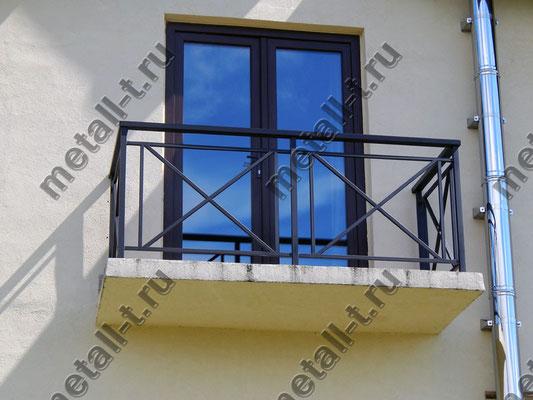 Балконное ограждение с деревянным поручнем