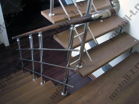 Ограждение из нержавеющей стали с деревянным поручнем