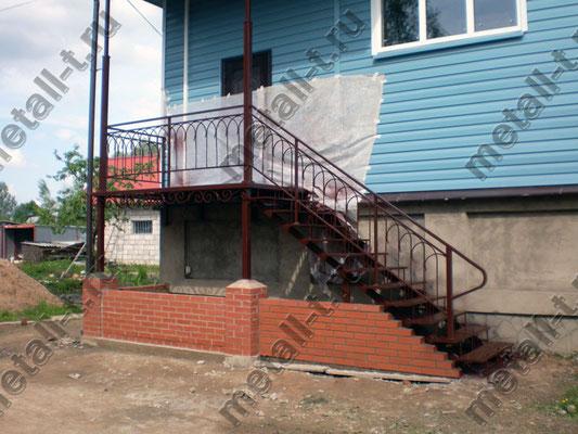 Металлическая фасадная лестница с ограждениями