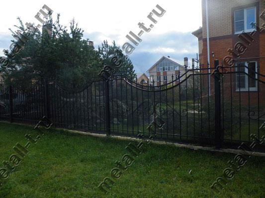 Сварной забор, зашитый монолитным поликарбонатом