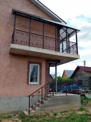 Сварные перила на крыльце и балконе