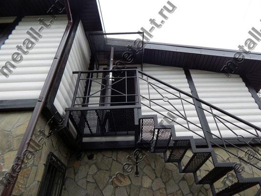 Металлическая лестница с козырьком над дверью