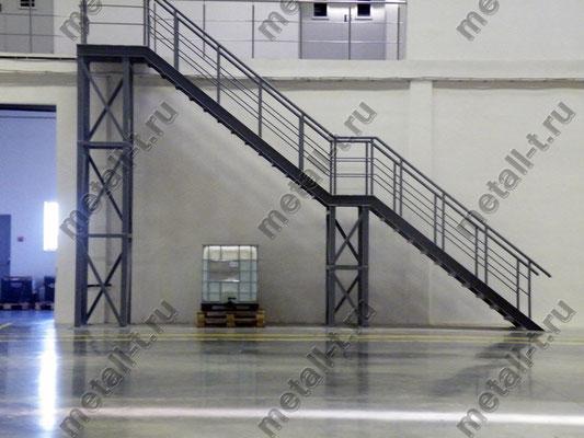Металлическая лестница на складе