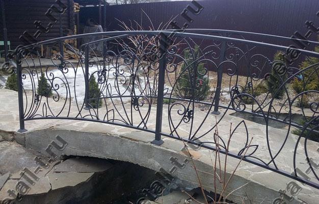 Кованые ограждения мостика