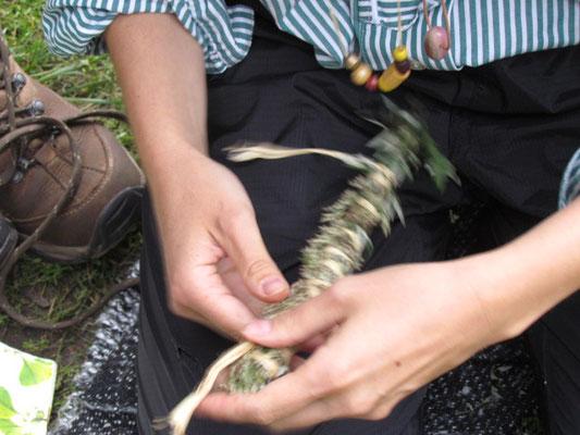Räuchersticks drehen  Maria Moch
