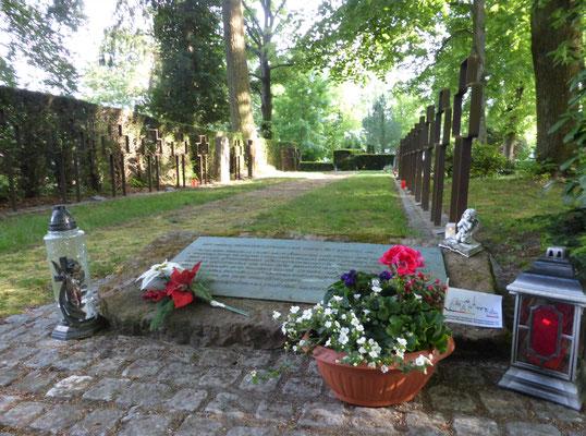 Blumen am Gedenkstein für polnische Zwangsarbeiter