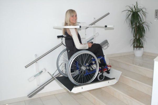 Rollstuhlfahrer überwinden selbstständig die Treppe