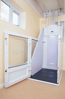 Schlanke Konstruktion mit Tür