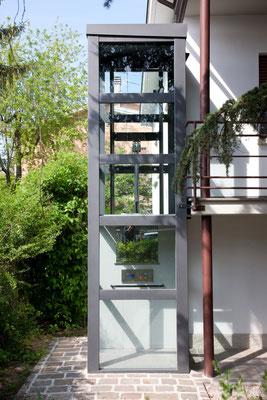 Freistehender Stahl-Glas-Schacht