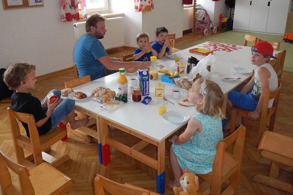 Väter und Kinder beim gemeinsamen Frühstück