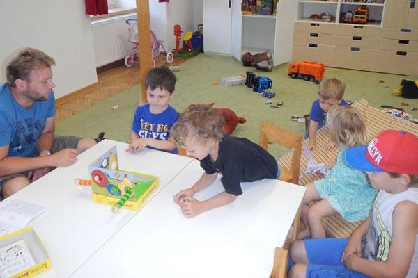 Väter und Kinder beim gemeinsamen Spielen