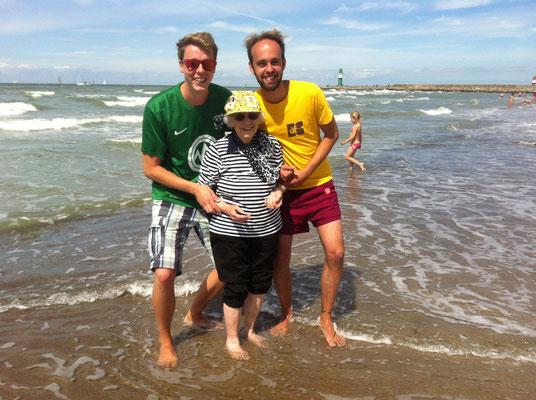 Oma hält gern mal die Füße ins Wasser - AHOI Beachkubb 2016