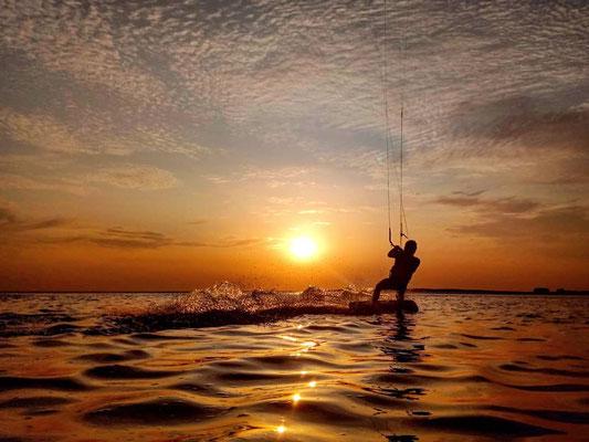 Kitesurfen im Sonnenuntergang in SPO