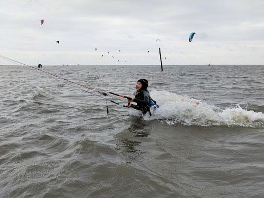 Kinder lernen Kiten in der Nordsee
