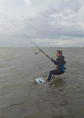 Kind beim Kiten in der Nordsee