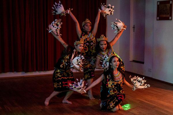 Ball - Naftha und ihre Tanzgruppe