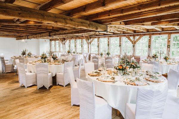 Romantische Tischdekoration in ehemaligem Stall Haverbeck Hof in der Lüneburger Heide