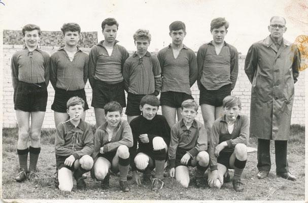 """Jugendmannschaft 1967/68 mit ihrem""""sehr geliebten"""" Trainer Michael Gauweiler"""