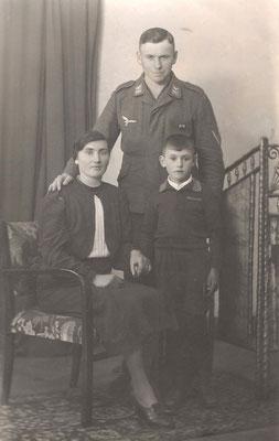 Katharina (geb. Kästel) und Karl Schneider mit Sohn Willi