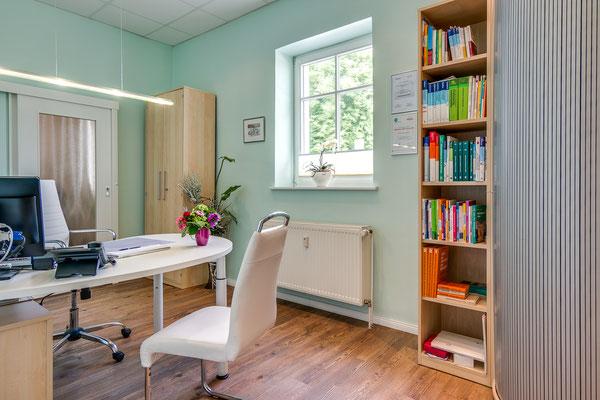 Blick in ein weiteres Arztzimmer mit ansprechendem hellen und freundlichen Dekor