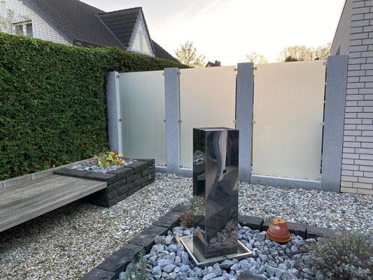Sichtschutz Glas und Naturstein