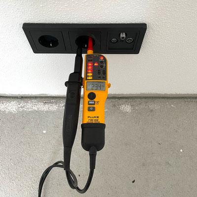 Installationsüberprüfung mit dem Spannungs- und Stromdurchgangsprüfer