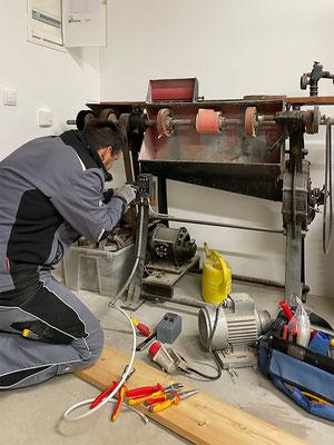 Reparatur einer alten Schleifmaschine