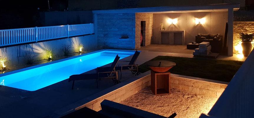 Außenbeleuchtung in privatem Garten mit Schwimmbad