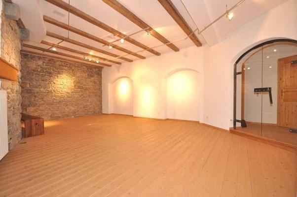 Pilates Basel - Pilates & Motion - Chiara Cannas - schöner Raum, warmes Licht, harmonische Atmosphäre mit Holzboden