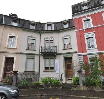 Pilates Basel - Pilates & Motion - Chiara Cannas - Das Haus von außen und die Eingangstür