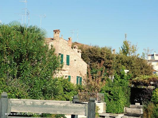 Sonne genießen, Streifzug entlang der Promenade, immer wieder ein Blick auf die Altstadt von Grado.....